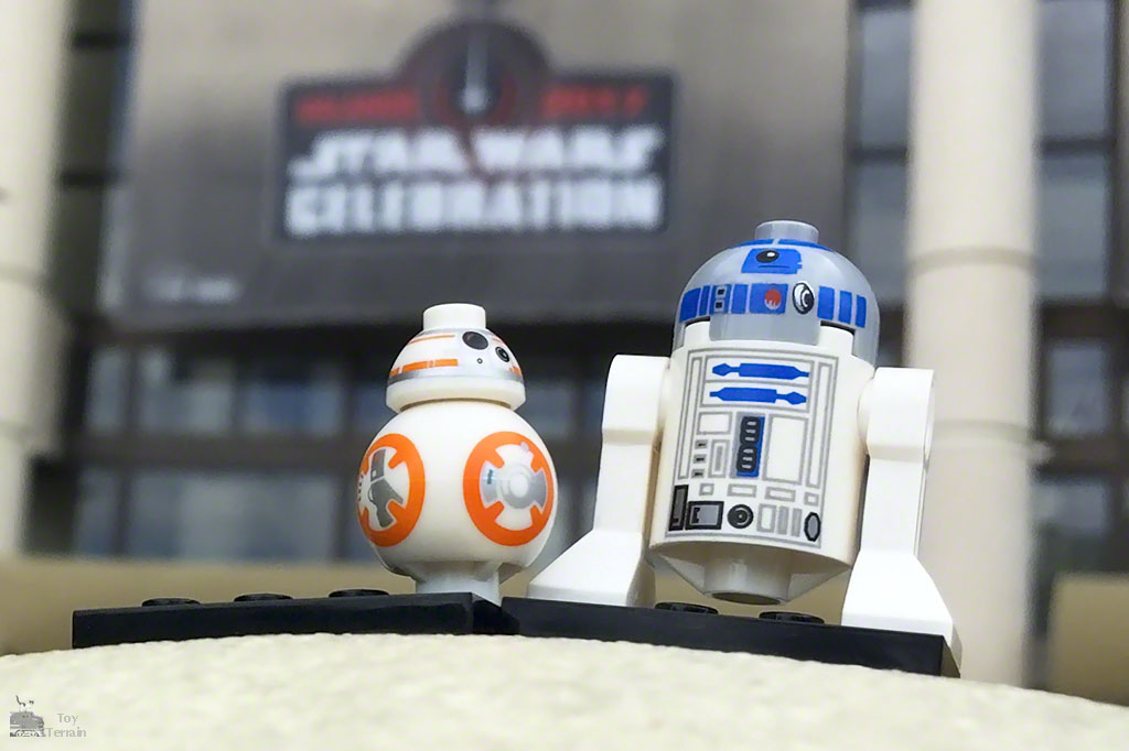BB-8 and R2D2 LEGO minifigs at Star Wars Celebration