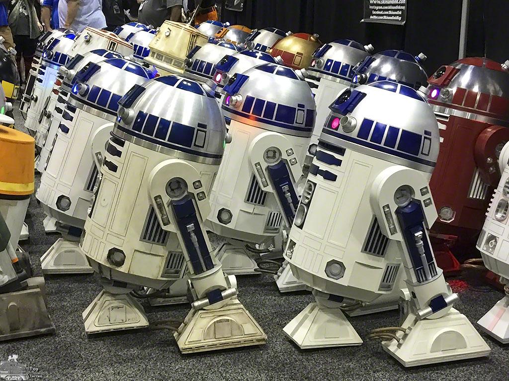 Star Wars Droids - many R2D2 droids assemble